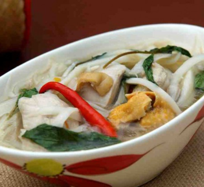 Gaeng Kai Nor-Mai Som (Chicken Curry with Bamboo Shoots)